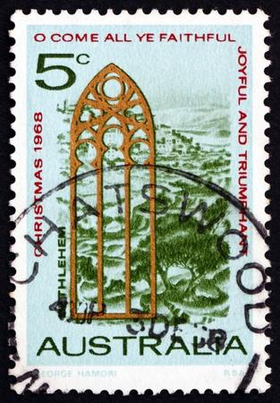 window church: AUSTRALIA - CIRCA 1968: un francobollo stampato in Australia mostra Veduta di Betlemme e la Chiesa Finestra, Natale, circa 1968