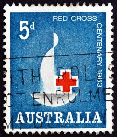 cruz roja: AUSTRALIA - CIRCA 1963: un sello impreso en Australia muestra el emblema de la Cruz Roja Centenario, Centenario de la Cruz Roja Internacional, alrededor del año 1963 Editorial