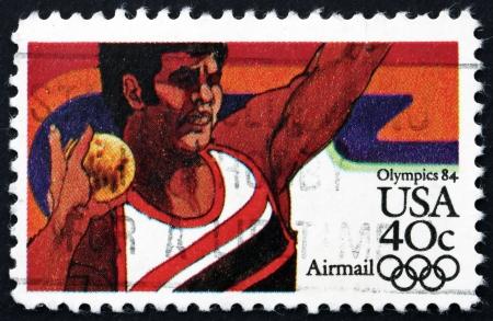 lancio del peso: STATI UNITI D'AMERICA - CIRCA 1983: un francobollo stampato negli Stati Uniti mostra lancio del peso, 1984 giochi olimpici estivi, Los Angeles, California, circa 1983 Editoriali
