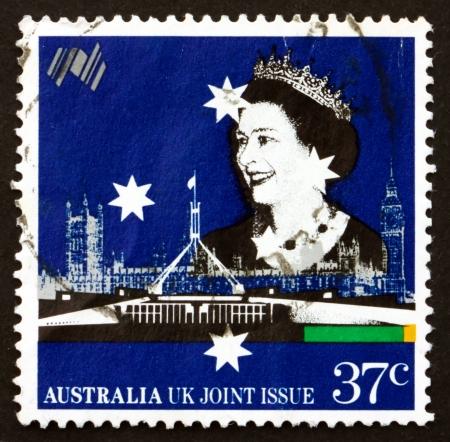 parliaments: AUSTRALIA - CIRCA 1988: un francobollo stampato in Australia mostra parlamenti britannici e australiani, la regina Elisabetta II, Australia bicentenario, circa 1988 Editoriali