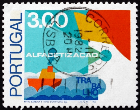 illiteracy: PORTUGAL - CIRCA 1976: un sello impreso en la muestra Ship Portugal, lucha contra el analfabetismo, alrededor del a�o 1976 Editorial
