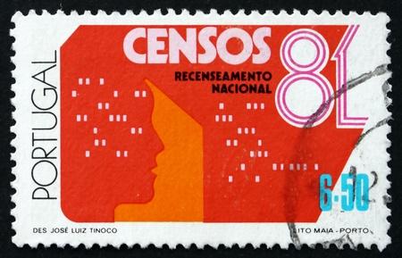 censo: PORTUGAL - CIRCA 1981: un sello impreso en Portugal muestra el formulario del censo y responsable, portugu�s Censo Nacional, alrededor del a�o 1981