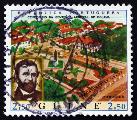president???s: PORTOGHESE GUINEA - CIRCA 1970: un francobollo stampato in Guinea portoghese mostra presidente Ulysses S. Grant e Vista Bolama, circa 1970