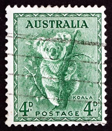 AUSTRALIA - CIRCA 1942: un sello impreso en Australia muestra Koala, Phascolarctos Cinereus, australiana de la fauna, alrededor del año 1942