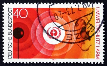 contaminacion acustica: Alemania - alrededor de 1973: un sello impreso en la Alemania muestra el escudo de Medio Ambiente y Contaminación Acústica, la Naturaleza y Protección del Medio Ambiente, alrededor de 1973 Editorial