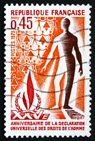 diritti umani: FRANCIA - CIRCA 1973: un francobollo stampato in Francia mostra i Diritti Umani Fiamma e Man, 25 � Anniversario della Dichiarazione Universale dei Diritti Umani, circa 1973 Editoriali