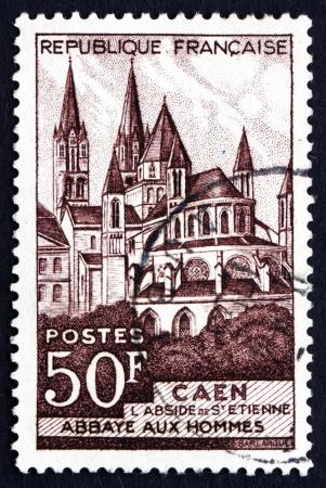 hommes: FRANCIA - CIRCA 1951: un sello impreso en la Francia muestra Abbaye aux Hommes, la Abad�a de Saint-Etienne, Caen, alrededor del a�o 1951