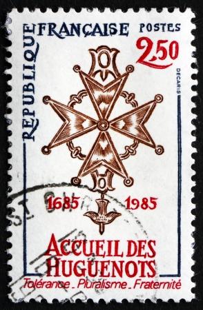 edicto: FRANCIA - CIRCA 1985: un sello impreso en la Francia muestra hugonote Cruz, s�mbolo de la Fe Evang�lica Reformada, aniversario de la revocaci�n del Edicto de Nantes, alrededor de 1985