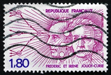 frederic: FRANCIA - CIRCA 1982: un sello impreso en la Francia muestra Frederic e Irene Joliot-Curie, diagramas de radiaci�n, los ganadores del Premio Nobel de Qu�mica en 1935, alrededor de 1982 Editorial