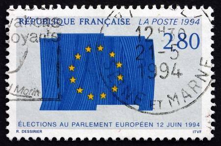 parlamentario: FRANCIA - CIRCA 1994: un sello impreso en la Francia muestra la bandera de la Uni�n Europea, las elecciones parlamentarias europeas, alrededor del a�o 1994