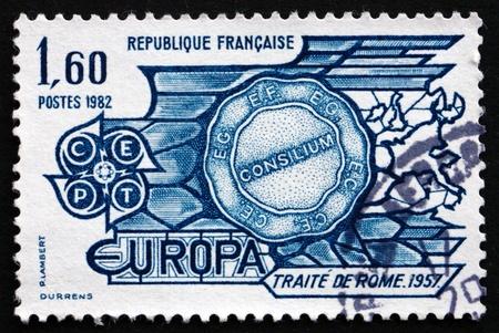 verdrag: FRANKRIJK - CIRCA 1982: een stempel gedrukt in Frankrijk toont het Verdrag van Rome, 1957, 25ste verjaardag, circa 1982