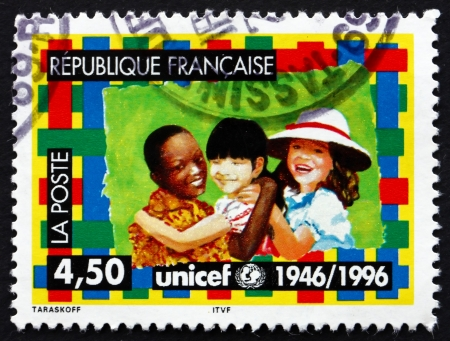 unicef: FRANCIA - CIRCA 1996: un timbro stampato in Francia mostra UNICEF Emblem e bambini, 50 � anniversario UNICEF, circa 1996 Editoriali