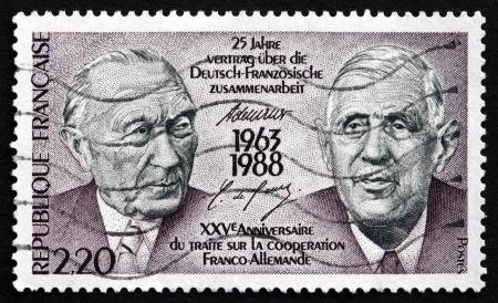 verdrag: FRANKRIJK - CIRCA 1988: een stempel gedrukt in Frankrijk toont de Adenauer en De Gaulle, 25ste verjaardag van de Frans-Duitse verdrag Samenwerking, circa 1988