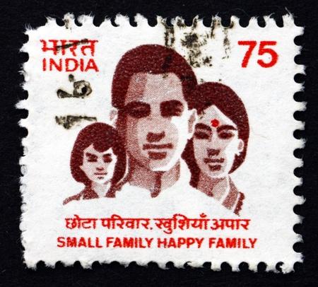 planificacion familiar: INDIA - CIRCA 1994: un sello impreso en la India muestra peque�a de la familia, la familia feliz, Planeaci�n Familiar, alrededor de 1994