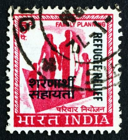planificacion familiar: INDIA - CIRCA 1967: un sello impreso en la India muestra la familia, la planificaci�n familiar, alrededor del a�o 1967