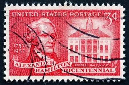 alexander hamilton: STATI UNITI D'AMERICA - CIRCA 1957: un francobollo stampato negli Stati Uniti mostra Alexander Hamilton e Federal Hall, Padre fondatore degli Stati Uniti, circa 1957