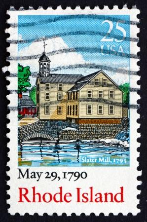 ratificaci�n: ESTADOS UNIDOS DE AMERICA - CIRCA 1990: un sello impreso en los EE.UU. muestra Slater Mill, Rhode Island, 29 de mayo 1790 Bicentenario de la ratificaci�n de la Constituci�n, alrededor de 1990 Editorial