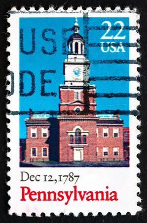ratificaci�n: ESTADOS UNIDOS DE AMERICA - CIRCA 1987: un sello impreso en los EE.UU. muestra Independence Hall, Pennsylvania, 12 de diciembre de 1787 Bicentenario de la ratificaci�n de la Constituci�n, alrededor de 1987
