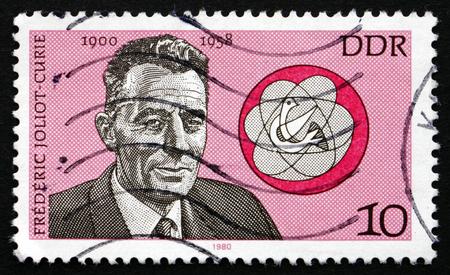 frederic: RDA - alrededor de 1980: un sello impreso en la RDA muestra Frederic Joliot-Curie, f�sico franc�s, Premio Nobel, alrededor de 1980