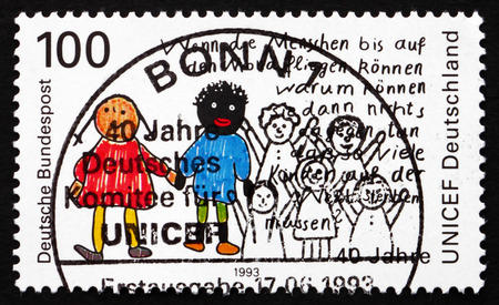 unicef: GERMANIA - CIRCA 1993: un francobollo stampato in Germania mostra due figli, tedesco Comitato UNICEF, 40 ° Anniversario, circa 1993
