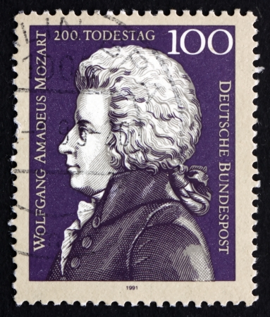 amadeus mozart: Alemania - alrededor de 1991: un sello impreso en la Alemania muestra Wolfgang Amadeus Mozart, compositor, alrededor de 1991