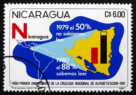 illiteracy: NICARAGUA - CIRCA 1981: un sello impreso en Nicaragua muestra Lucha contra el Analfabetismo, mapa de Nicaragua, alrededor de 1975