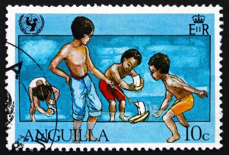 unicef: ANGUILLA - CIRCA 1981: un francobollo stampato in Anguilla mostra Ragazzi Sailing Boats, UNICEF, 35 � Anniversario, circa 1981