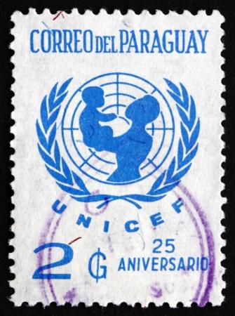 unicef: PARAGUAY - CIRCA 1972: un francobollo stampato in Paraguay mostra UNICEF Emblem, 25 � Anniversario, circa 1972 Editoriali