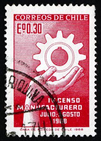 censo: CHILE - alrededor de 1968: un sello impreso en el Chile muestra Mano sosteniendo cremallera, Cuarto Censo de Fabricantes, alrededor de 1968