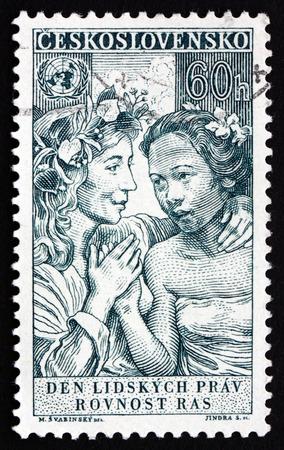 diritti umani: CECOSLOVACCHIA - CIRCA 1959: un francobollo stampato in Cecoslovacchia mostra l'uguaglianza di tutte le razze, 10 � Anniversario della Dichiarazione Universale dei Diritti Umani, circa 1959 Editoriali