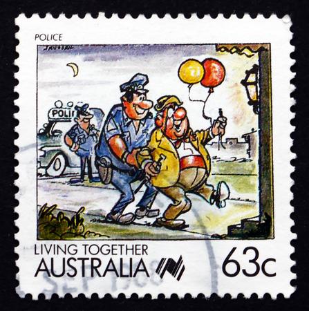 policia caricatura: AUSTRALIA - alrededor de 1988: un sello impreso en Australia muestra la Polic�a, Convivencia, alrededor de 1988