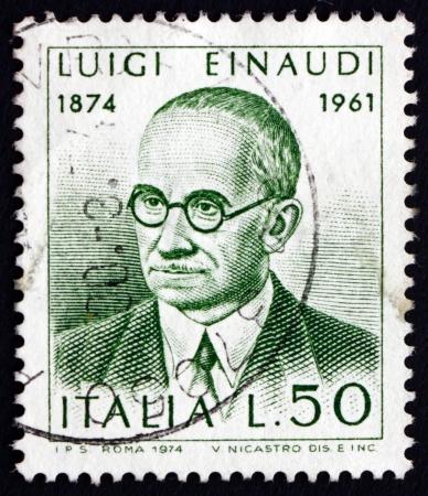 Italia - alrededor de 1974: un sello impreso en la Italia muestra Luigi Einaudi, político y economista, el segundo Presidente de la República italiana entre 1948 y 1955, alrededor de 1974
