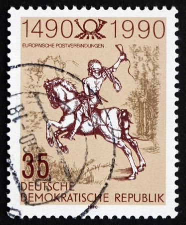 durer: GDR - CIRCA 1990: un francobollo stampato in GDR mostra The Young Rider post, un'incisione di Albrecht Durer, circa 1990