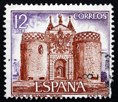 sello postal: ESPA�A - CIRCA 1977: un sello impreso en la Espa�a muestra la Puerta de Bisagra, Toledo, alrededor de 1977 Editorial