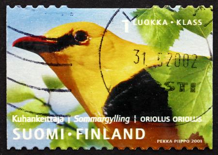 passerine: FINLANDIA - CIRCA 2001: un francobollo stampato in Finlandia mostra Rigogolo, Oriolus Oriolus, uccello passeriforme, circa 2001 Editoriali