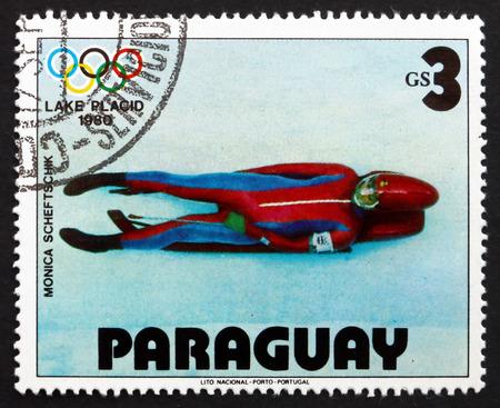luge: PARAGUAY - CIRCA 1979: un francobollo stampato in Paraguay mostra Monica Scheftschik, Slittino, 1980 Olimpiadi invernali, Lake Placid, circa 1979 Editoriali