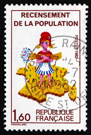 censo: FRANCIA - CIRCA 1982: un sello impreso en la Francia muestra de chicas y mapa de Francia, Censo Nacional, alrededor del a�o 1982