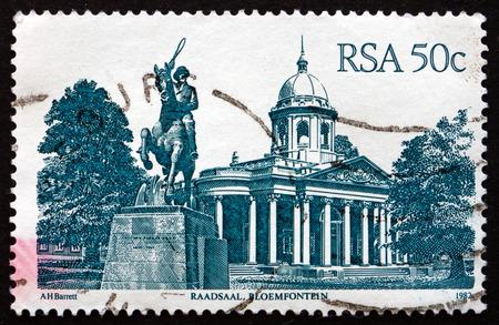 boer: Sud�frica - alrededor de 1986: un sello impreso en Sud�frica muestra Raadsaal, Bloemfontein, el Parlamento de la antigua Rep�blica Boer del Estado Libre de Orange, alrededor del a�o 1986