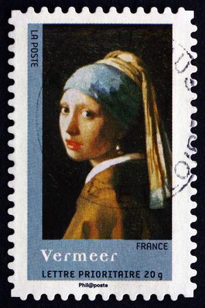 aretes: FRANCIA - CIRCA 2008: un sello impreso en la Francia muestra la muchacha de la perla, pintura de Jan Vermeer, alrededor del año 2008