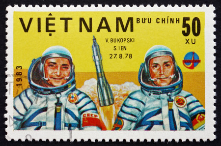 VIETNAM - CIRCA 1983: a stamp printed in Vietnam shows Valery Bykovsky and Sigmund Jahn, Cosmonauts, circa 1983 Редакционное