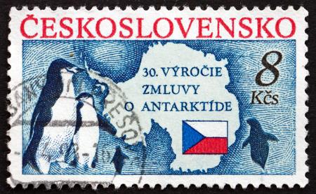verdrag: Tsjecho-Slowakije - CIRCA 1991: een stempel gedrukt in de Tsjecho-Slowakije toont Penguins en kaart van Antarctica, Antarctisch Verdrag, 30ste verjaardag, circa 1991