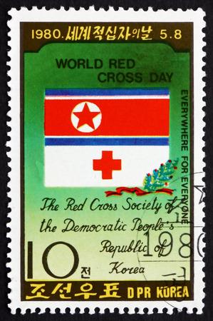 rood kruis: NOORD-KOREA - CIRCA 1980: een stempel gedrukt in Noord-Korea toont embleem van de Noord-Koreaanse Rode Kruis, Wereld Rode Kruis Dag, circa 1980 Redactioneel
