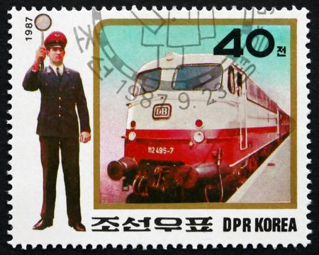 COREA DEL NORD - CIRCA 1987: un francobollo stampato in Corea del Nord mostra Expres Treni e biglietteria ispettore, circa 1987