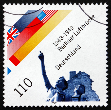 GERMANY - CIRCA 1999: a stamp printed in the Germany shows Berlin Airlift, Supplies for the People in West Berlin, 1948-1949, circa 1999 Imagens - 31608886