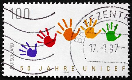 unicef: GERMANIA - CIRCA 1996: un francobollo stampato in Germania mostra impronte di mani, l'UNICEF, il 50 ° anniversario, circa 1996