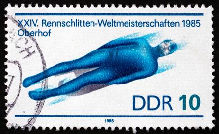 luge: GDR - CIRCA 1985: un francobollo stampato in GDR mostra Mono sedile Luge, 24 Mondiale Luge Campionato, circa 1985