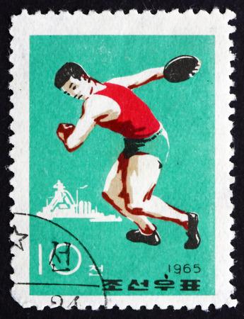lanzamiento de disco: COREA DEL NORTE - CIRCA 1965: un sello impreso en Corea del Norte muestra Discus Throw, Deporte, alrededor del a�o 1965