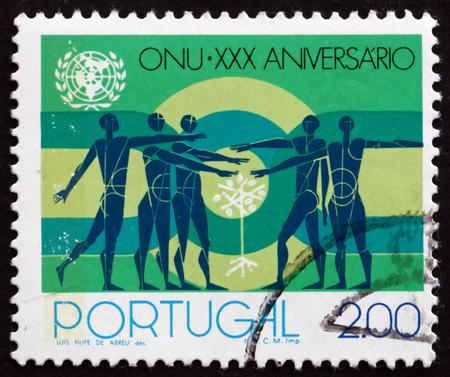 the united nations: PORTUGAL - CIRCA 1975: un sello impreso en el Portugal muestra personas y Pimpollo, de las Naciones Unidas, 30 aniversario, alrededor de 1975 Editorial