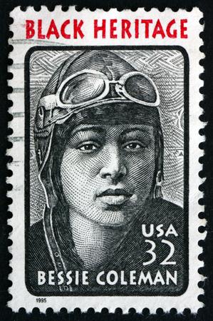 USA CIRCA 1995: un timbre imprimé aux Etats-Unis montre Bessie Coleman aviateur elle était la première femme pilote d'origine afro-américaine Black Heritage vers 1995 Banque d'images - 39860924