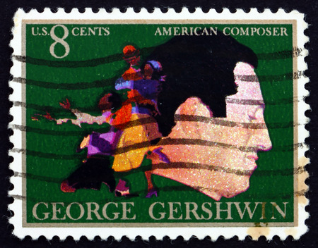 pianista: EE.UU. - CIRCA 1973: un sello impreso en los EE.UU. muestra a George Gershwin, compositor y pianista, y la escena de la �pera Porgy and Bess, alrededor de 1973